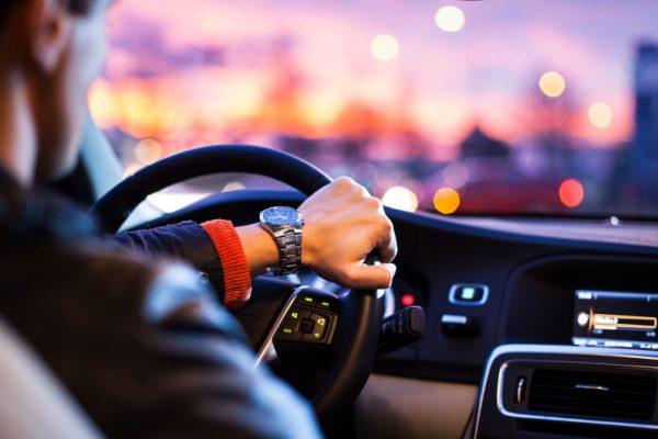conduccion-nocturna-consejos-salud-ocular-opticacliment-conductor