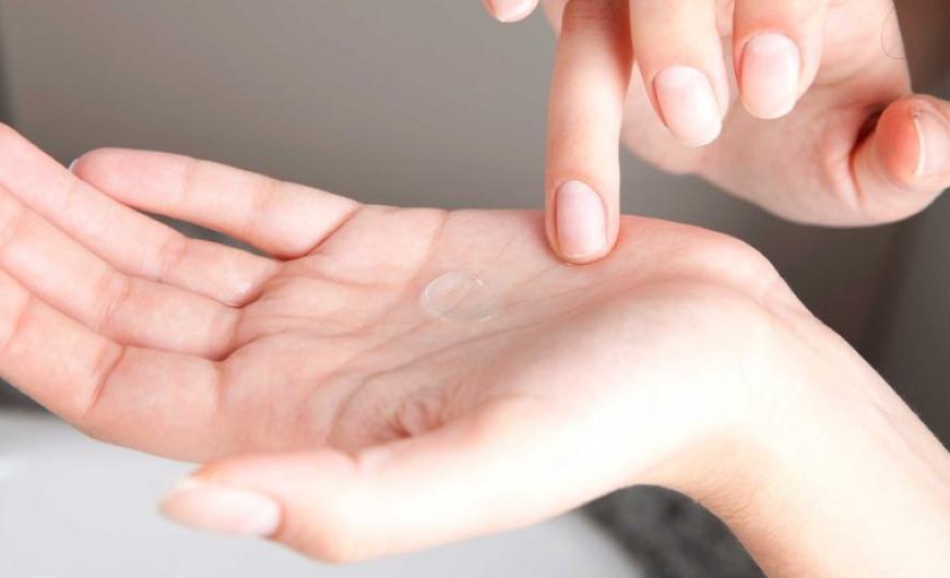 cuidados-para-tus-lentes-de-contacto-opticacliment-limpieza-solucion